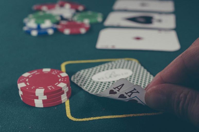 Ein Bild von Spielkarten und Chips