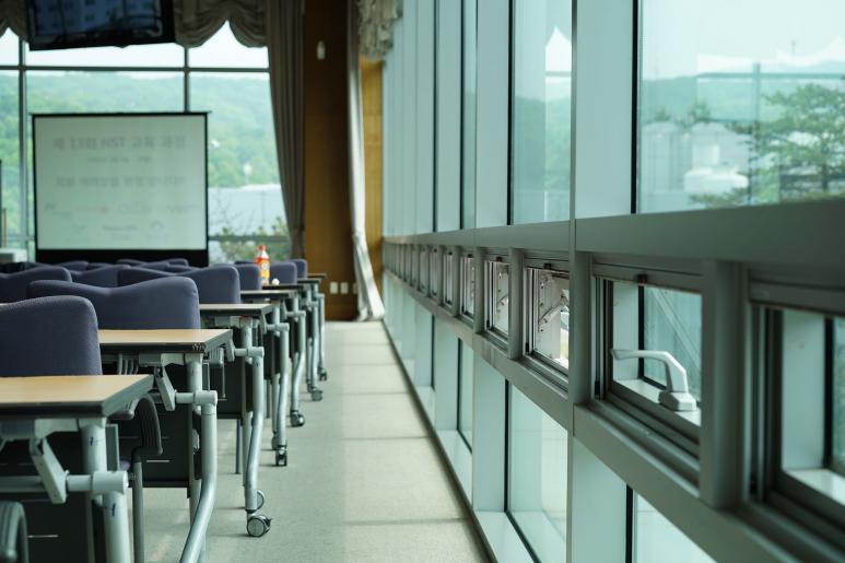 Ein Meetingraum mit großer Glasfront